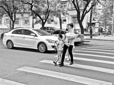 開車遇斑馬線會禮讓行人嗎?高峰期搶行時有發生