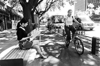 700年阜内大街首设市政休闲带 防止自行车与行人抢道