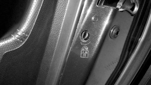 幼童被甩出车外身亡专家:坐安全座椅锁上锁才安全
