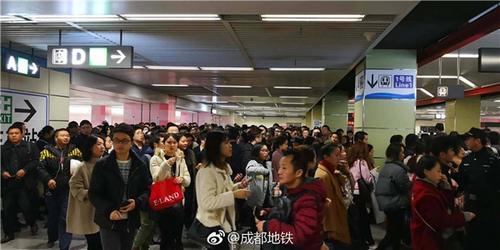 """成都地铁7号线开通首个早高峰火车南站""""挤爆了"""""""