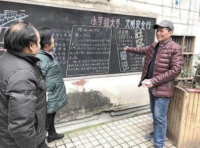 退休老师13年写下830期黑板报有时一写就3小时