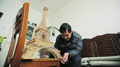 男子7个月用300根竹签搭出埃菲尔铁塔配楼梯和电梯