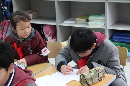 自闭症儿童求学样本:被小学接纳他和同学都学会关爱