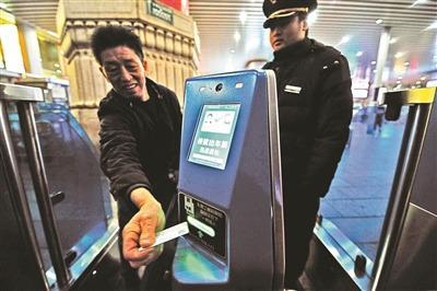 """火车站增32条""""刷脸""""通道对准屏幕完成票证人合一"""
