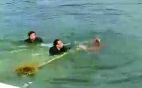 把俩娃救上岸后匆匆离去5名热心路人走红朋友圈