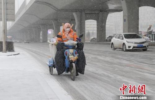 吉林两周迎三轮强降雪:交通受阻农业遇考验