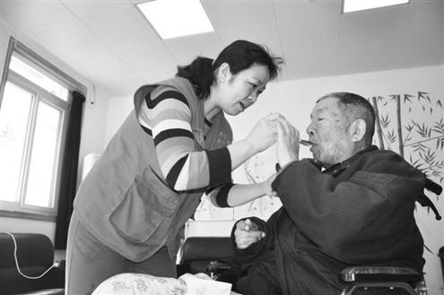单亲妈妈卖房办养老院:跟老人在一起,再难也幸福