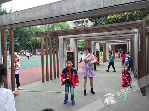"""重庆最美女教师:有个什么都管的""""班妈妈""""感觉如何"""