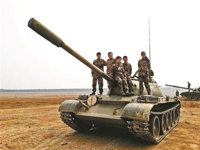 """揭秘""""开坦克""""专业:没驾照女大学生学会了开坦克"""