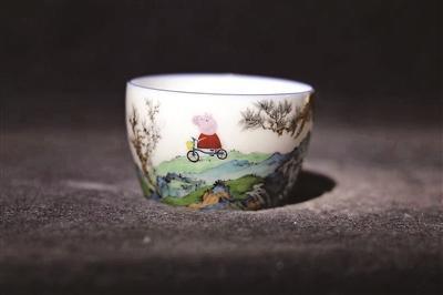 """""""佩奇游春""""新奇珐琅白瓷杯走红已有同款瓷杯售卖"""