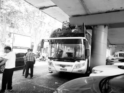 限高标志太近司机反应不及 郑州一大巴撞桥墩致4人伤