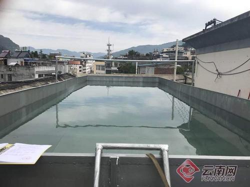 云南一男子屋顶建游泳池遭举报官方:储水40吨已拆除
