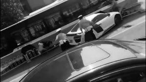 奥迪R8司机拒检撞倒交警和路人逃离