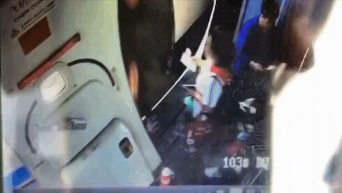 旅客向飞机下投掷硬币导致航班延误被公安机关拘留