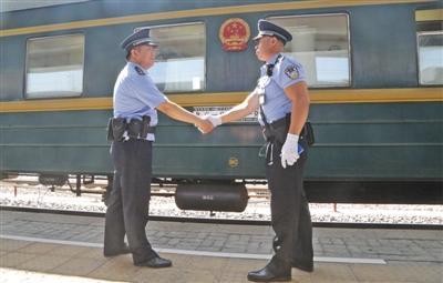 """""""中华第一车""""老乘警:在国际列车上的时间比在家多"""