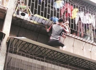 孩童頭卡防盜網 95后快遞小哥徒手攀爬外墻托舉孩童