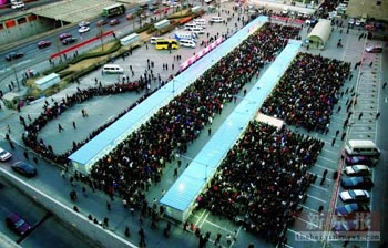 北京西站北广场临时售票处前,挤满了大批前来购票的旅客,北京站售