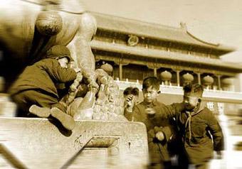 上世纪50年代的春节,北京儿童在天安门前放爆竹