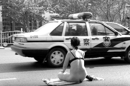 河南郑州:裸女当街拦警车 民警拒绝救助(组图)