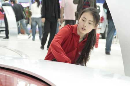 网友热议北京车展美女清洁工