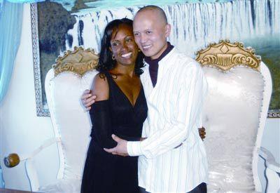 黑人玩2女_娶黑人女孩为妻(图)图片