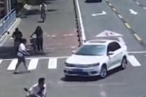 老人街头摔倒 俩小伙伸出援手