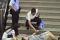 女乘客滚下楼梯 警民伸援手