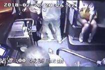 勇敢女乘客公交车上抓小偷
