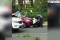 女子非法营运被查 路上打滚耍赖