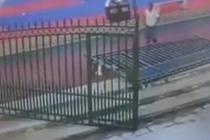 小伙撑住300多斤铁门救娃