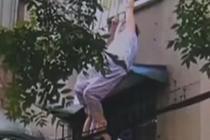 老人三楼失足悬空 热心人赶来救援