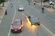 轿车自燃 民警火海救人