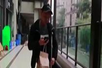 外卖小哥拄拐送餐 每天行走4万多步