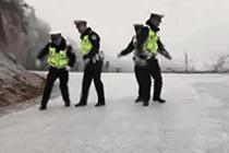 """交警路上""""滑冰""""视频走红"""