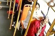 老人乘公交睡着 身后姑娘一路伸手扶住她