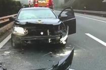 烟头扔出被风吹回 司机惊慌酿车祸