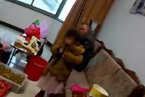 3岁女童背着吉他去