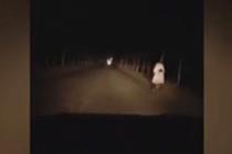 黑夜她为母女照亮回家路