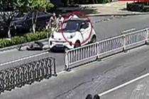 女司机穿8厘米高跟鞋开车 接连闯祸脚被卡
