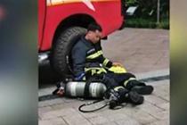 消防员让出面罩 23楼抱下老人累得瘫坐地上