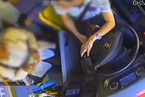 两男子坐公交抢着投币 司机劝阻被打11耳光