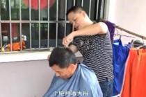 孝子每月回乡给老父理发