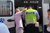 高温下执法 被处罚司机为交警擦汗