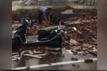 男子避雨被围墙砸倒掩埋 路过司机奋力刨砖救人