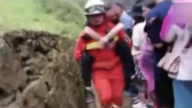 游客突发心脏病 消防员背起爬近千层台阶送医