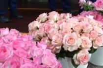 女子买五千支玫瑰送给消防员表达敬意