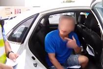 男子无证驾驶被查装聋哑人 卖力表演半天电话响了