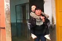 母亲背女求学12年