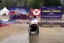 男子坐轮椅跑完全马