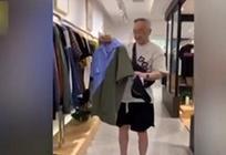 83岁大爷爱逛街买潮服 衣服多到没地放